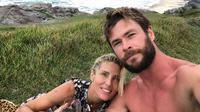 Aktor Thor tersebut mengunggah selfie bersama dengan istrinya, Elsa Pataky dan memamerkan kue di Twitter. (twitter/chrishemsworth)