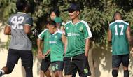 Pelatih Persebaya Surabaya, Djadjang Nurjaman, masih belum menemukan tempat latihan yang sesuai untuk anak asuhnya. (Bola.com/Aditya Wany)