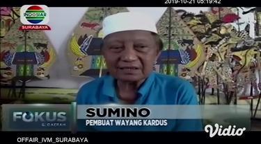 Jika biasanya kita mengenali kesenian wayang dengan bahan baku kulit atau yang biasa disebut dengan wayang kulit. Namun di Surabaya, terdapat seorang perajin wayang tradisional yang menggunakan kardus bekas.