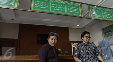 Kuasa hukum komedian Aming Sugandhi, Devi Waluyo (kanan), mendatangi Pengadilan Agama Jakarta Selatan, Jumat (3/3). Melalui pengacaranya, Aming resmi mendaftarkan talak cerai terhadap Evelyn Nada Anjani. (Liputan6.com/Herman Zakharia)