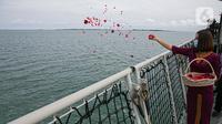 Pramugari mengikuti prosesi tabur bunga di lokasi jatuhnya pesawat Sriwijaya Air SJ 182 di perairan Kepulauan Seribu, Jumat (22/1/2020). Sebanyak 50 orang perwakilan keluarga melakukan tabur bunga sebagai penghormatan terakhir kepada para korban kecelakaan pesawat. (Liputan6.com/Faizal Fanani)
