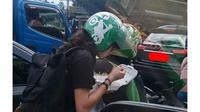 5 Kelakuan Kocak Makan di Jalan Raya Ini Bikin Geleng Kepala (sumber: Instagram.com/receh.id)