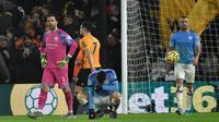 Reaksi para pemain Manchester City setelah pemain Wolverhampton Wanderers, Matt Doherty mencetak gol ke gawang mereka pada pertandingan Liga Inggris di Molineux Stadium, Wolverhampton, Inggris, Jumat (27/12/2019). Wolverhampton Wanderers menang 3-2. (AP Photo/Rui Vieira)