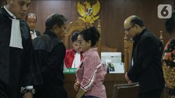 Miryam S. Haryani (tengah) bersama penyidik senior KPK Novel Baswedan saat menjadi saksi pada sidang lanjutan dugaan merintangi pemeriksaan pengadaan E-KTP dengan terdakwa Markus Nari di Pengadilan Tipikor, Jakarta, Rabu (9/10/2019). (Liputan6.com/Helmi Fithriansyah)