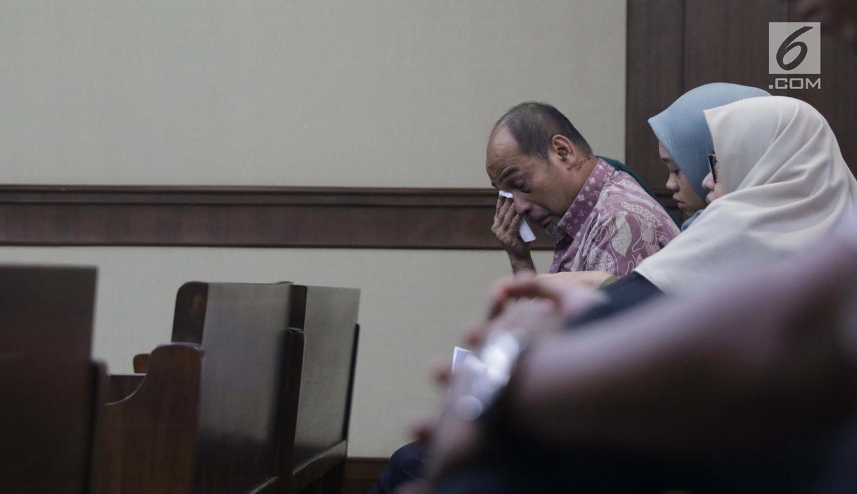 Terdakwa kasus suap dana hibah Kemenpora pada KONI yang juga Deputi IV Kemenpora Mulyana mengusap mata usai sidang pembacaan pledoi di Pengadilan Tipikor, Jakarta, Kamis (29/8/2019). Sebelumnya, JPU KPK menuntut Mulyana dengan hukuman 7 tahun dan denda Rp200 juta. (Liputan6.com/Helmi Fithriansyah)