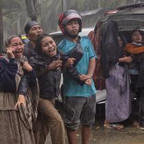 Keluarga korban menangis histeris saat jenazah diambil dari reruntuhan bangunan di daerah yang terkena gempa bumi di Mamuju, Sulawesi Barat, Jumat (15/1/2021). Gempa bermagnitudo 6,2 mengguncang Mamuju, Sulawesi Barat. (AP Photo/Yusuf Wahil)