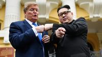Peniru pemimpin Korea Utara Kim Jong-un asal China, Howard X dan peniru Presiden AS Donald Trump asal Australia, Dennis Alan berpose di luar Gedung Opera di Hanoi, Vietnam (22/2). (AFP Photo/Manan Vatsyayana)