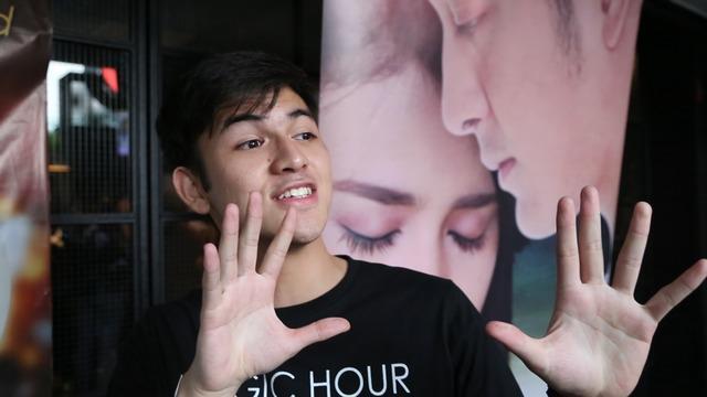 Memiliki hobi menonton film India dan mengidolai sosok Shahrukh Khan. Ia malah gelagapan ditanya seluk beluk film favoritnya itu.