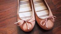 Ilustrasi pakai flat shoes yang kebesaran. (shutterstock.com)