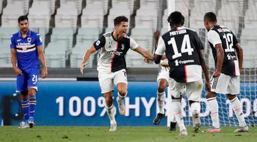 Penyerang Juventus, Cristiano Ronaldo (kedua kiri) merayakan gol yang dicetaknya ke gawang Sampdoria dalam laga pekan ke-36 Liga Italia Serie A di Stadion Allianz, Minggu (26/7/2020). Juventus memgunci gelar juara Liga Italia tahun 2020 setelah mengalahkan Sampdoria 2-0. (AP Photo/Antonio Calanni)