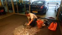 Uang sejumlah 19 ribu Dolar Singapura berupa koin receh dipersiapkan di dalam wadah khusus penyimpanan ikan.