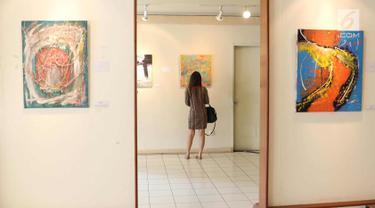 Pengunjung mengamati karya yang dipajang dalam pameran seni rupa bertajuk 'Ekspresi Ragam Jiwa' di Galeri Cipta III Taman Ismail Marzuki, Jakarta, Rabu (4/4). Pameran ini berlangsung hingga 13 April 2018. (Liputan6.com/Immanuel Antonius)