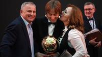 Gelandang Real Madrid, Luka Modric berpose bersama orangtuanya setelah memenangkan penghargaan Ballon d'Or 2018 pada malam penganugerahan di Paris, Senin (3/12). Modric menjadi pemain pertama Kroasia yang meraih gelar prestisius ini. (FRANCK FIFE/AFP)