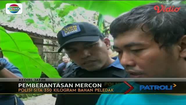 Ratusan kilogram bahan-bahan untuk membuat mercon disita aparat kepolisian dari seorang pria di Kediri, Jawa Timur.