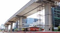 Suasana sepi terlihat di proyek Light Rail Transit (LRT) Jabodebek lintas pelayanan dua rute Cawang-Dukuh Atas di kawasan Kuningan, Jakarta, Senin (18/6). Seluruh proyek infrastruktur masih ditinggal mudik para pekerja. (Liputan6.com/Faizal Fanani)