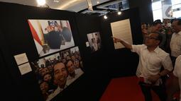 Mensesneg Pratikno melihat pameran foto Membangun Indonesia di Mall Neo Soho, Jakarta, Minggu (10/11/2019). Pameran menampilkan foto-foto jurnalistik mengenai pembangunan Indonesia yang dikerjakan Jokowi-JK selama 5 tahun bekerja dan akan berlangsung hingga 17/11. (Liputan6.com/Angga Yuniar)