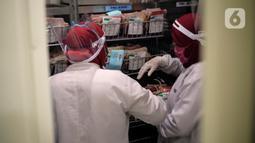 Staf Laboratorium Palang Merah Indonesia (PMI) Kota Tangerang melakukan pendataan stok darah yang ada di Laboratorium PMI Kota Tangerang, Banten, Jumat (28/8/2020). Kurangnya stok darah salah satunya karena pandemi COVID-19 yang menyebabkan berkurangnya pendonor. (Liputan6.com/Angga Yuniar)