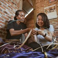 Peserta trip belajar menganyam pada ibu-ibu perajin daun lontar yang dibina Du'Anyam. (Edy Suherli/Fimela.com)