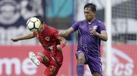 Bek Kalteng Putra, Hery Susilo, berusaha mengamankan bola saat melawan Persita Tangerang pada laga Liga 2 di Stadion Pakansari, Jawa Barat, Selasa (4/12). Kalteng menang 2-0 atas Persita. (Bola.com/M. Iqbal Ichsan)