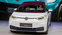 Volkswagen ID.3 baru ditampilkan dalam IAA Auto Show di Frankfurt, Jerman, Senin (9/9/2019). IAA Auto Show terbuka untuk umum pada 12 September 2019. (AP Photo/Michael Probst)