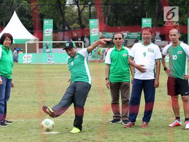Presdir Nestlé Indonesia Dharnesh Gordhon (tengah) melakukan tendangan pada acara Kick-off MILO Football Championship 2019 pada acara MILO Football Championship di Lapangan Banteng, Jakarta, Sabtu (2/3). (Liputan6.com/Pool/Image Dynamics)