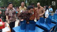 Menteri BUMN Rini Soemarno meninjau perlengkapan pendukung produksi pertanian di Tuban, Jawa Timur, Jumat (9/3). Pemerintah melalui PT BNI menyalurkan KUR kepada petani penggarap lahan hutan melalui Program Perhutanan Sosial. (Liputan6.com/Angga Yuniar)