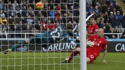 Pemain Liverpool, Martin Skrtel melakukan gol bunuh diri ke gawangnya sendiri saat melawan Newcastle United dalam laga Liga Inggris di Stadion St. James Park, Newcastle, Inggris, Minggu (6/12/2015). (Reuters/Andrew Yates)