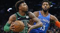 Pemain Boston Celtics' Marcus Smart coba dihalangi pemain Oklahoma City Thunder's Paul George dalam laga lanjutan NBA di Boston, Minggu (3/2/2019) malam atau Senin padi WIB.. (AP Photo/Michael Dwyer)