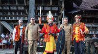 Mendagri Tito Karnavian menerima Gelar Kehormatan Tuha Gari Sifaoma Bawa dari Tokoh Adat Nias yang berarti Pemimpin yang Besar dan Tegas, Senin (9/12/2019). (Puspen Kemendagri)