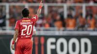 Striker Persija Jakarta, Bambang Pamungkas, menyapa The Jakmania saat melawan Mitra Kukar pada laga Liga 1 di SUGBK, Jakarta, Minggu (9/12). Persija menang 2-1 atas Mitra. (Bola.com/Yoppy Renato)