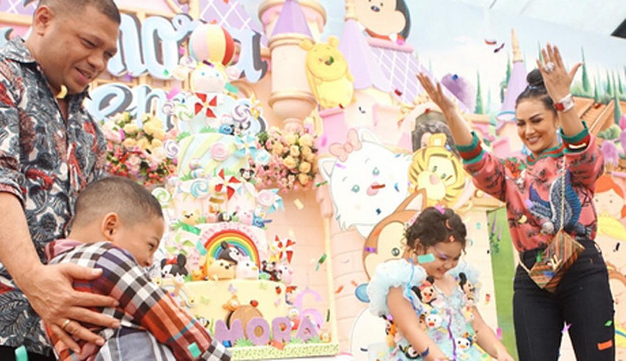 Anak pertama pasangan Krisdayanti dan Raul Lemos baru saja merayakan ulang tahun keenam. Pesta berlangsung meriah dengan dihadiri banyak selebriti. Selain itu, anak KD dari pernikahan sebelumnya juga terlihat hadir. (Instagram/krisdayantilemos)