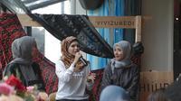 Vivi Zubedi bawa kain Sasirangan dan Pagatan ke panggung New York Fashion Week The Shows. (Foto: Dok. HijUp)