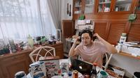 Salah satu penyiar radio dari Grup Mari yang siaran dari rumah. (dok. Istimewa)