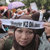 Pegawai honorer DKI Jakarta menggelar demo di Balai Kota, Jakarta, Rabu (26/9). Massa mengenakan seragam pramuka dan membawa sejumlah poster aspirasi. (Liputan6.com/Faizal Fanani)
