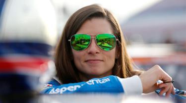 Pembalap cantik, Danica Patrick berdiri di grid sebelum mengikuti balapan kualifikasi the Monster Energy NASCAR Cup Series Kobalt 400 di Las Vegas, Nevada (10/3). (Jonathan Ferrey/Getty Images/AFP)