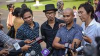 Personel Slank menyambangi Istana Kepresidenan, Jakarta, Rabu (3/6/2015). Kedatangan Slank karena mendapat undangan oleh Presiden Joko Widodo untuk makan siang bersama. (Liputan6.com/Faizal Fanani)