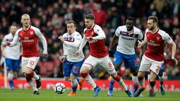 Pemain Arsenal Aaron Ramsey bersiap melakukan tendangan saat melawan Stoke City dalam pertandingan Liga Inggris di Stadion Emirates, London (4/1). Arsenal 3-0 menang atas Stoke City. (AP Photo/Tim Ireland)