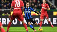 Gelandang Inter Milan, Christian Eriksen, melepaskan tendangan ke gawang Fiorentina pada laga Coppa Italia di Stadion San Siro, Rabu (29/1/2020). Inter Milan menang 2-1 atas Fiorentina. (AFP/Miguel Medina)