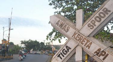 Ilustrasi - Perlintasan sebidang kereta api. (Foto: Liputan6.com/Muhamad Ridlo)