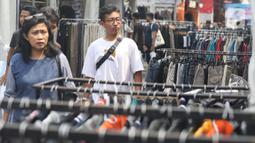 Pengunjung melihat-lihat saat gelaran Jakcloth Year End Sale di Plaza Tenggara GBK Senayan, Jakarta, Kamis (26/12/2019).  Di gelar pada 25-29 Desember 2019, Jakcloth tahun ini menghadirkan 400 clothing line lokal. (Liputan6.com/Angga Yuniar)