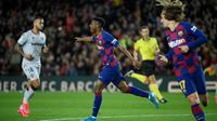 Penyerang Barcelona, Ansu Fati, merayakan gol yang dicetaknya ke gawang Levante dalam laga jornada 22 La Liga di Camp Nou, Senin (3/2/2020) dini hari WIB. (Lluis Gene/AFP)