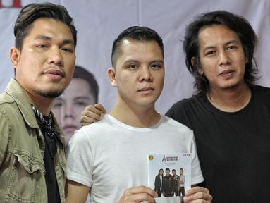 (kiri-kanan), Personil Band Armada Rizal Armada, Adit, dan Mai  saat meluncurkan album terbaru  'Dengerin Abang Spesial Edition' di kawasan Kemang, Jakarta, Rabu (15/8). (Liputan6.com/Faizal Fanani)