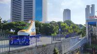 Pemprov DKI Jakarta membangun tugu sepatu di pinggir Jalan Sudirman. (Istimewa)