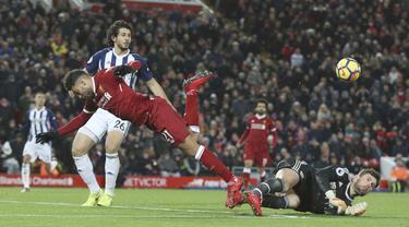 Aksi pemain Liverpool, Alex Oxlade-Chamberlain menghindar dari terjangan kiper West Bromwich Albion pada lanjutan Premier League di Anfield, Liverpool, (13/12/2017). Liverpool bermain imbang 0-0. (Peter Byrne/PA via AP)