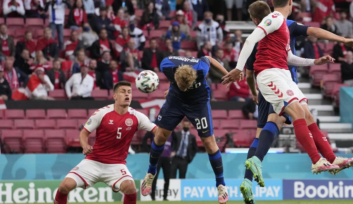 Penyerang timnas Finlandia, Joel Pohjanpalo (tengah) mencetak gol pembuka untuk timnya ke gawang Denmark pada laga Grup B Euro 2020 di Parken Stadium, Sabtu (12/6/2021). Selain tumbang 0-1, tuan rumah juga terpukul menyusul insiden yang melibatkan Christian Eriksen. (AP Photo/Martin Meissner, Pool)