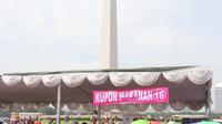 """Suasana saat warga antre untuk mendapatkan sembako gratis dalam acara """"Untukmu Indonesia"""" di lapangan Monas, Jakarta, Sabtu (28/4). Selain itu acara juga dimeriahkan dengan doa lintas agama, dan pembagian sembako. (Liputan6.com/Arya Manggala)"""