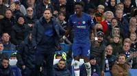 Manajer Chelsea, Frank Lampard, dan memberi arahan kepada Tammy Abraham, pada laga pekan ke-12 Premier League di Stamford Bridge, Sabtu (9/11/2019). (AFP/Adrian Dennis).