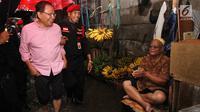 Mantan Menko Bidang Kemaritiman Rizal Ramli menyapa pedagang saat mengunjungi Glodok, Jakarta Barat, Kamis (15/2). Menurut Rizal, apa yang dilakukan pemerintah saat ini adalah pengetatan anggaran sehingga ekonomi justru melambat. (Liputan6.com/Pool/Yasin)