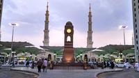 Suasana jemaah calon haji seluruh dunia memasuki pintu gerbang Masjid Nabawi, Kota Madinah, Arab Saudi menjelang petang. (LIputan6.com/Wawan Isab Rubiyanto)