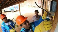 Petugas PLN Rayon Jepara Distribusi Jawa Tengah & DIY yang melakukan penggantian kWh meter tua dan penyambungan listrik gratis bagi keluarga tidak mampu. (Dok PLN)